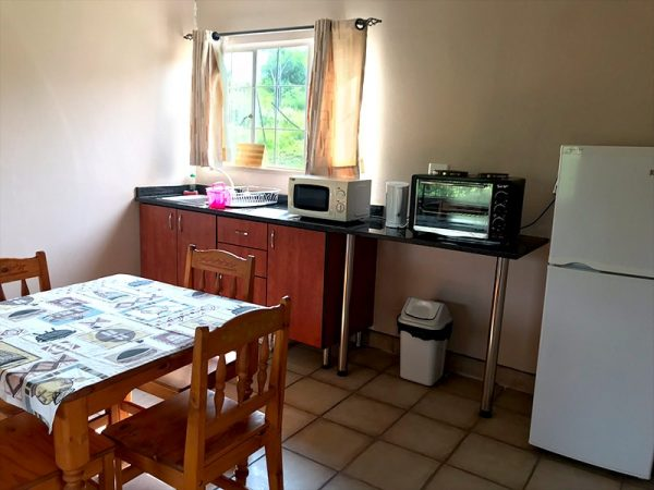 Willow-Express-Bush-Lodge-kitchen-and-dinning-02